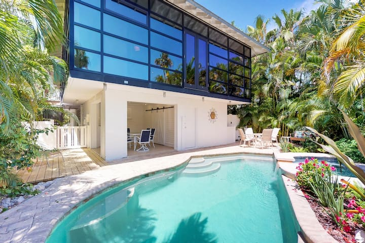 High-end home w/ private pool & spa, courtyard, & floor-to-ceiling windows