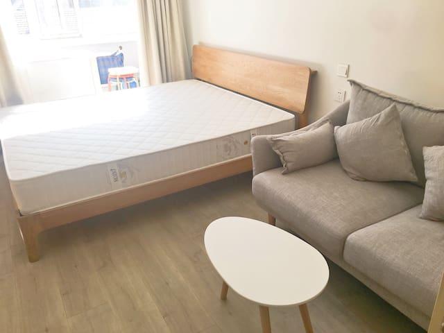 主卧+客厅+阳台,配备沙发,茶几,衣柜,写字台,书架,储藏间。阳光明媚,暖气充足。