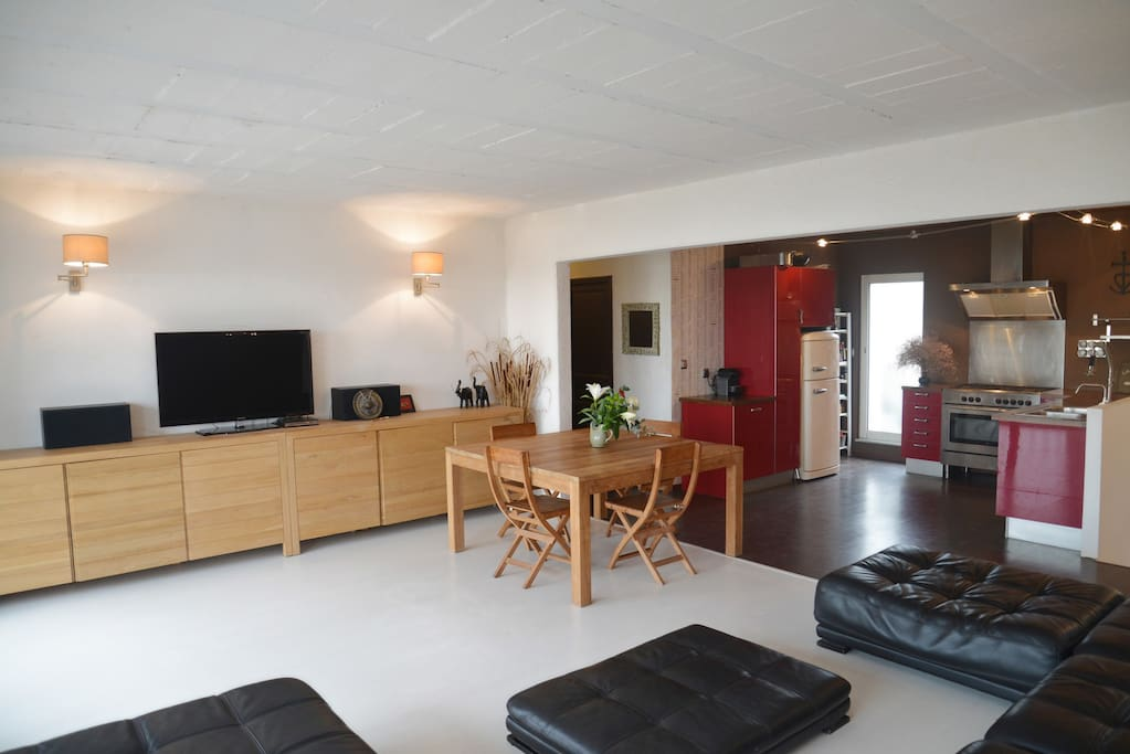 Espace de vie séjour cuisine ouverte (vue sur l'étang) étage