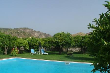Maison de vacances confortable à Guardavalle avec jardin