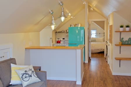 The Birdhouse: Modern Attic Loft - CSU & Old Town - Fort Collins