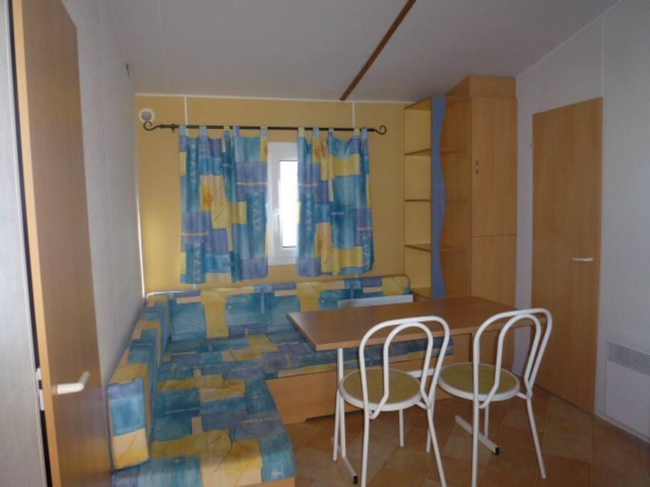 1 chambre avec un lit 2 places, 1 chambre avec 2 lits simples. Possibilité de couchage pour 2 personnes dans l'espace salon,