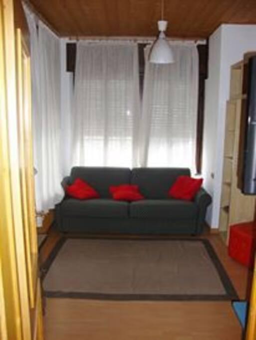 piccolo soggiorno con divano letto matrimoniale