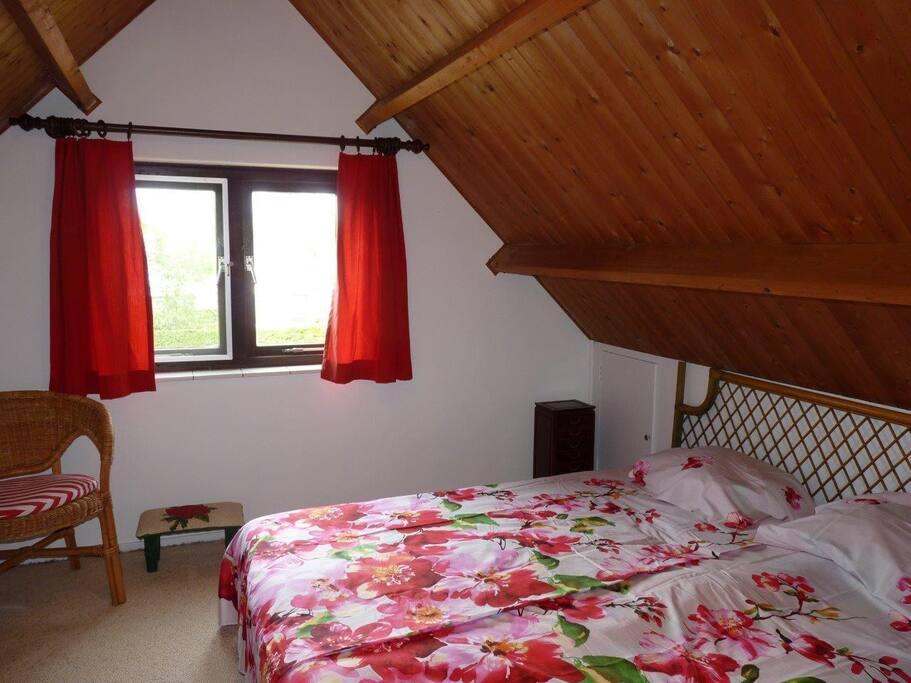 2 persoonskamer boven met wastafel en raam op het noorden