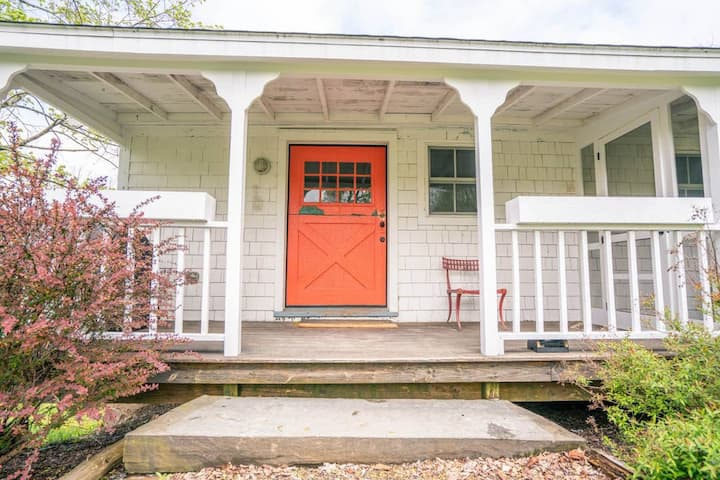 The Carriage House: High Falls Cottage with Gas Fireplace