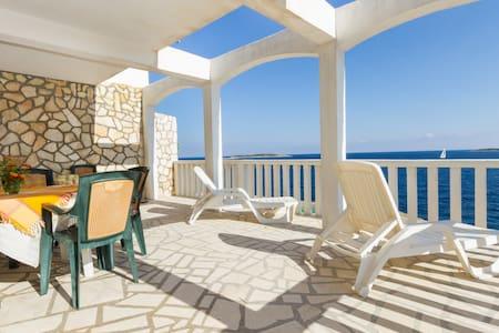 Apartments Milna-Vis near the sea-A - มิลน่า