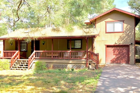 Cozy 3 bed, 2 bath cabin with GAME ROOM!