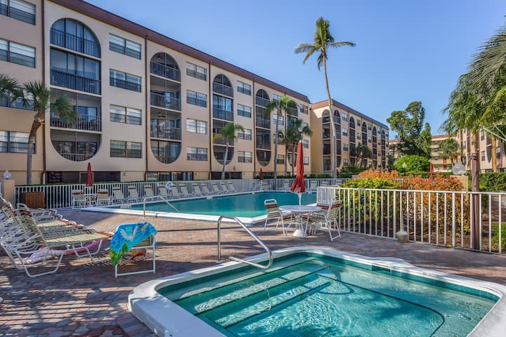 Waterfront condo w/ balcony, shared pools, hot tubs, tennis, dock & Tiki bar