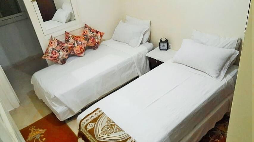 Chambre avec balcon & placards