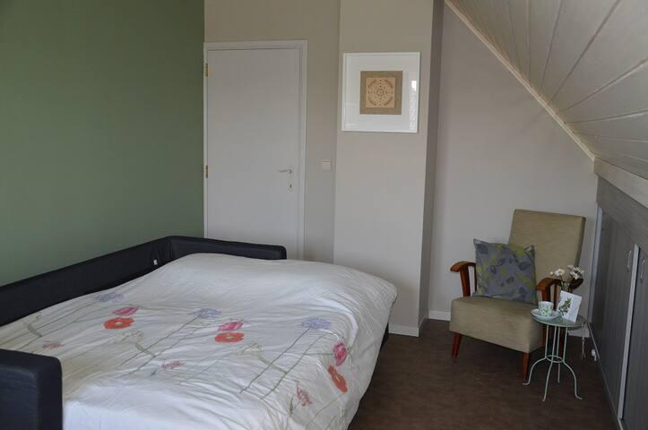 Slaapkamer met tweepersoonsbed/First bedroom