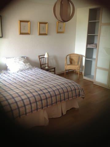 Grande chambre avec deux lits de 90, bonne literie, linges de lit et couettes fournis.