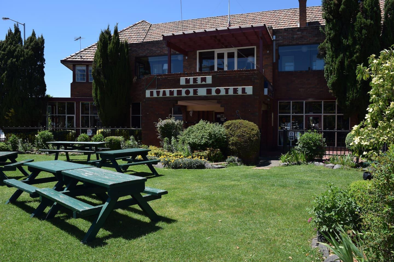New Ivanhoe Hotel Garden Area