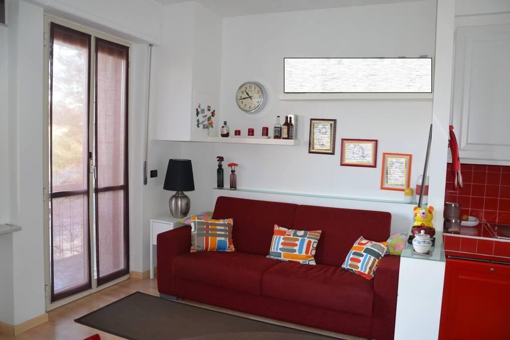 Ampio soggiorno con comodo divano letto matrimoniale