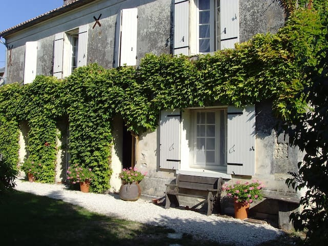Delightful Farmhouse with pool near Cognac - Louzignac - Huis