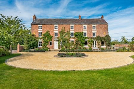 Russia Hall, Grade II Listed Country Home. (12)