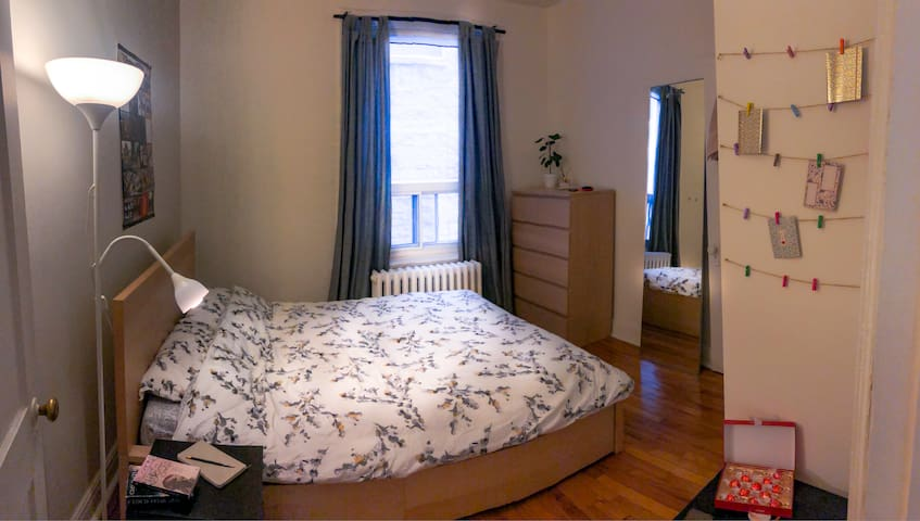 Calm bedroom near subway and Downtown !