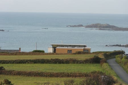 Grand designs Eco home overlooking the sea - Torteval, Guernsey - 独立屋