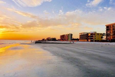 Mad Beach Wave Condo - Madeira Beach - Apartament