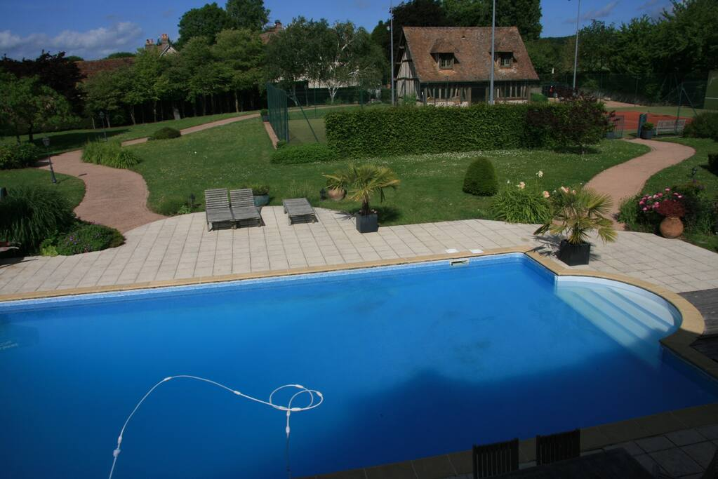 Vue de la maison principale sur la piscine, le tennis et la maison d'amis
