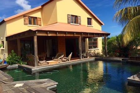 Villa Fleur de Lotus  avec une piscine écologique - Plateau-Caillou - Huvila