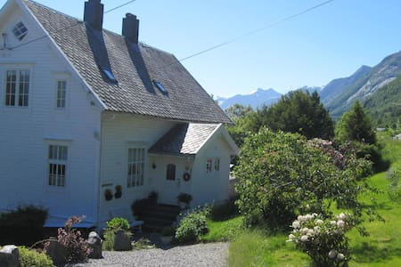 1-4 rooms in old wooden villa - Ikornnes
