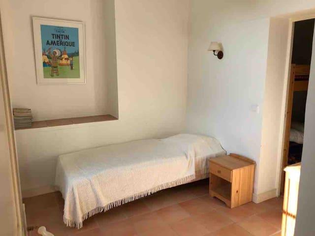 Chambre avec un lit 90