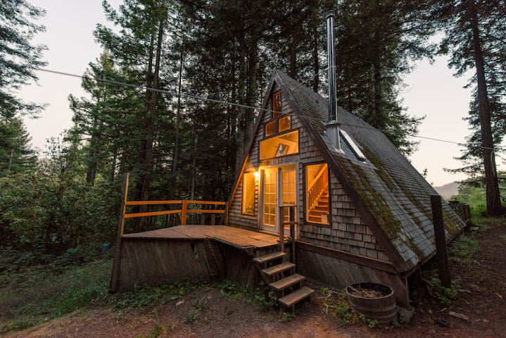 Cozy A-Frame Cabin in the Redwoods - カザデロ