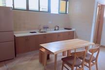 上面能看到的是电磁炉。另外的锅、案板儿、刀、洗洁精这些都在下面柜子里。