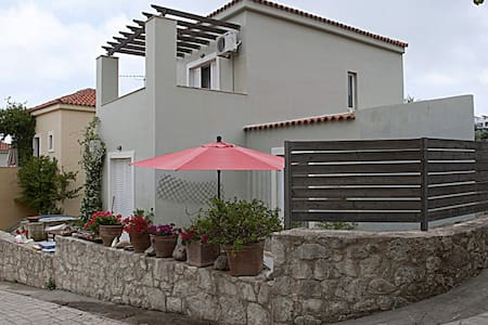 Fashionable and spacious residence with lake view - Kavallos - วิลล่า