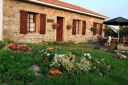 Casa con jardín junto a la playa - Carballo