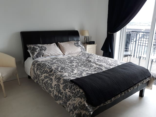 Master bedroom with  kingsize bed for comfort. Patio doors leading to your balcony where you can enjoy breathtaking views