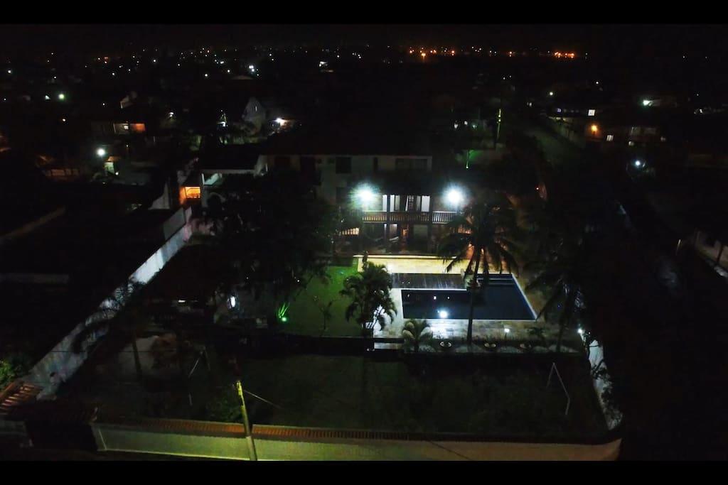 Casa vista de cima a noite. - área externa bem iluminada -