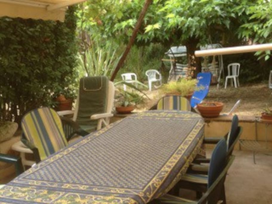 Terrasse avec table pour huit personnes, stores et tonnelle. Possibilité de petite table supplémentaire.
