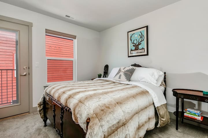 Centrally located ~ CoZy BeD ~ BaLcOnY ~ GrEEnBeLt