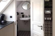 Die Küche mit Einblick ins Bad