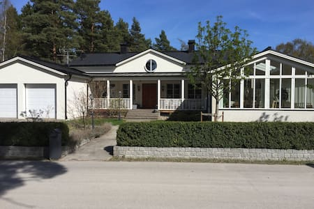 Room in exclusive home by lake north of Stockholm - Casa