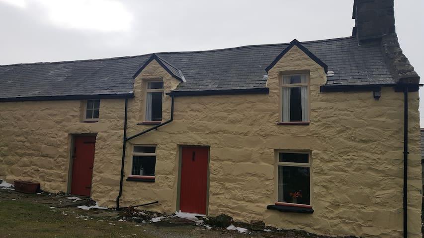 The Cottage, Gefnir Isaf