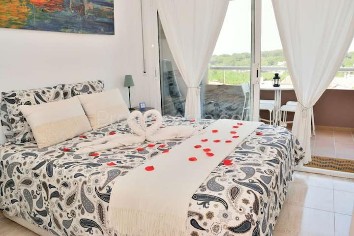 Dormitorio 1 (Con balcon con salida a jardin) // Bedroom 1 with balcony (direct acces to the garden)