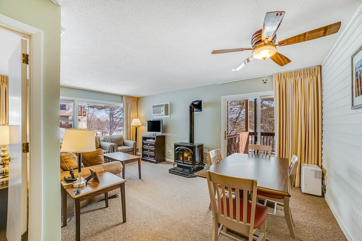 Relaxing skiiers condo with free WiFi, cable, & full kitchen - close to trails!