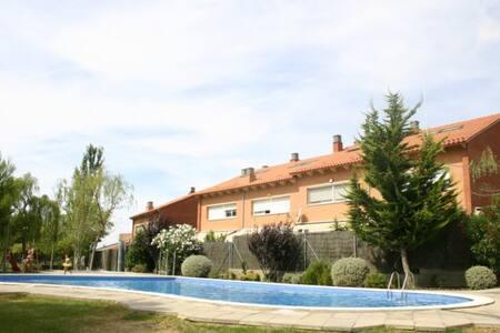 Casa en lìnea con jardìn y piscina - Viladecavalls - Rumah