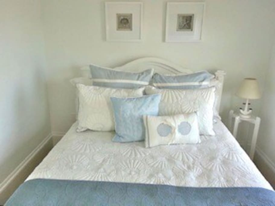 Queen size bed, new beach decor bedding, fresh paint, 40 inch HDTV in this room with bureau.