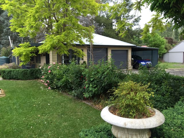 """Links"" surrounded by garden in beautiful Carcoar"