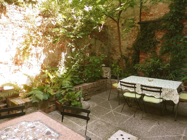 """Little garden"" apartment in CENTER of VENICE"