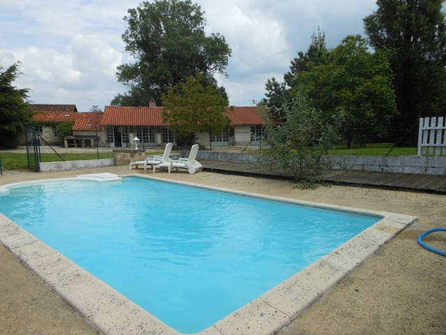 Plein pied calme piscine privée pour 5 personnes - Vouvant - House