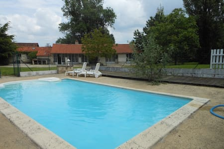 Plein pied calme piscine privée - House
