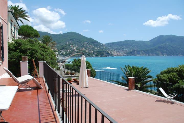 Villa con grande terrazza sul mare