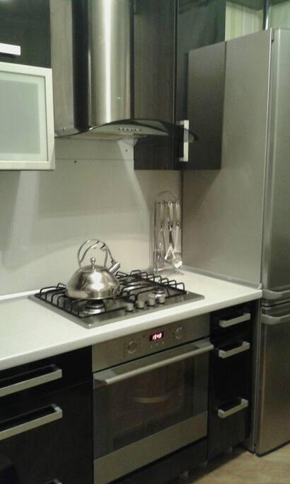 Кухня со всеми кухонными принадлежностями