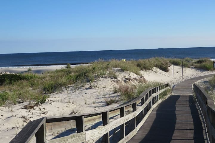 Only 7 houses to majestic Lido dunes - private beach access comes with house!