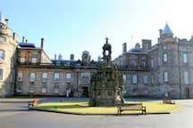 Holyrood Palace (10 minutes on bus)