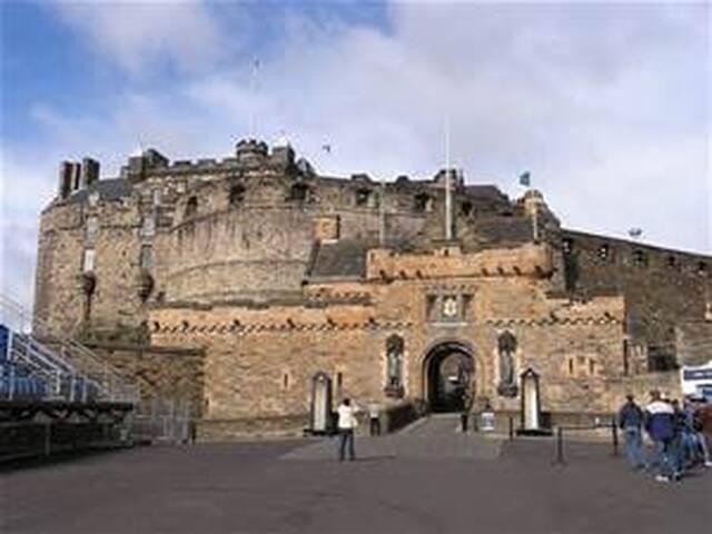 Edinburgh Castle (5 minutes on bus)